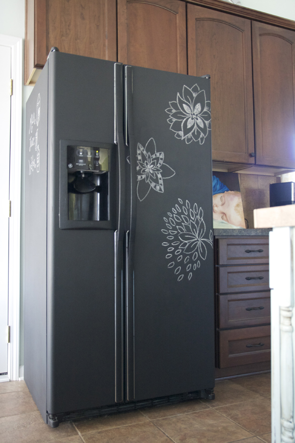 DIY : painting your fridge with chalkboard paint - The Handmade Home